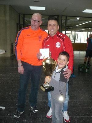 Stolzer Sieger: Erhan Dalar, Cristiano Vieira mit Pokal