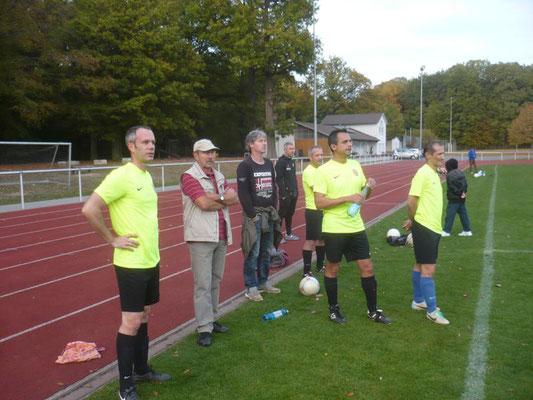 Werner Weinreich - heute beim Coachen im Kreis der Auswechselspieler / Stefan Seng aufmerksamer Beobachter