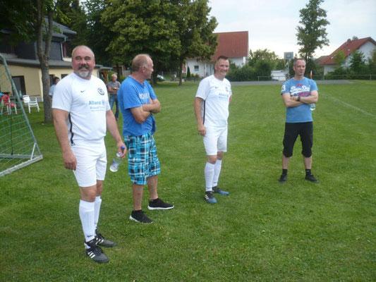Die Verletzten Arek Dajewski und Matthias Wachholder mit Kinski und Helmut