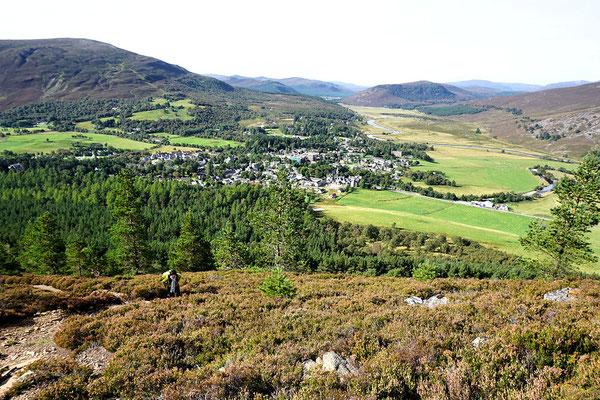Blick vom Creag Choinnich auf Braemar und  die Highlands
