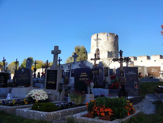 Friedhof vor Rundturm mit Zinnenbekrönung