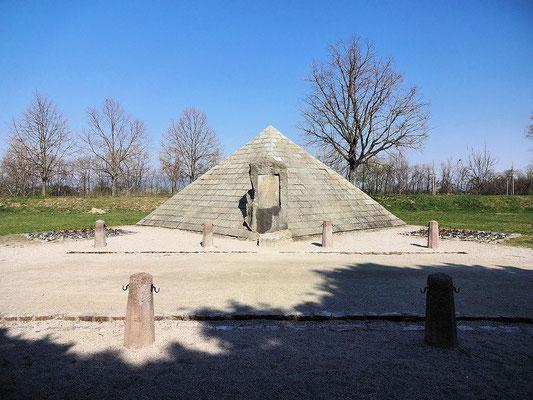 kleines Monument zu Ehren von General Stefanik