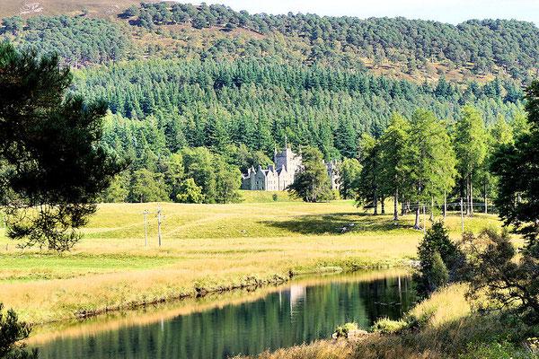 Wanderweg um den Creag Choinnich mit Blick auf ein kleines privates Schloss