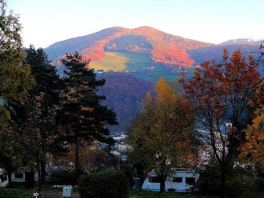 Blick vom Stellplatz in die sanfte Hügellandschaft der Voralpen