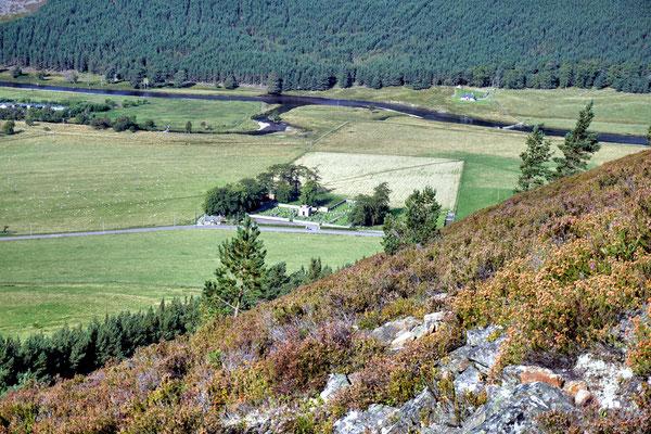 Blick vom Creag Choinnich auf den Friedhof von Braemar