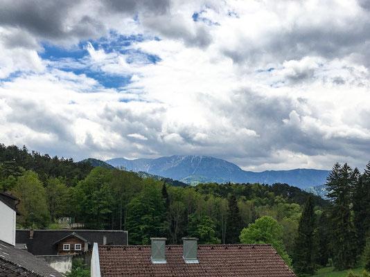 Blick zum Schneeberg vom Kirchenportal