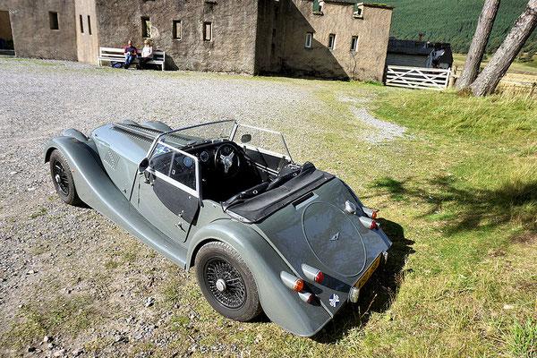 ein Morgan am Parkplatz vor dem Braemar Castle