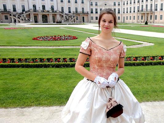 Schöne vor dem Schloss Esterhazy, Fertöd