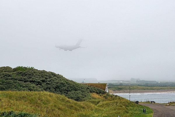 Lossiemouth / Militärfrachtflugzeug im Landeanflug auf den Royal Air Force Flughafen