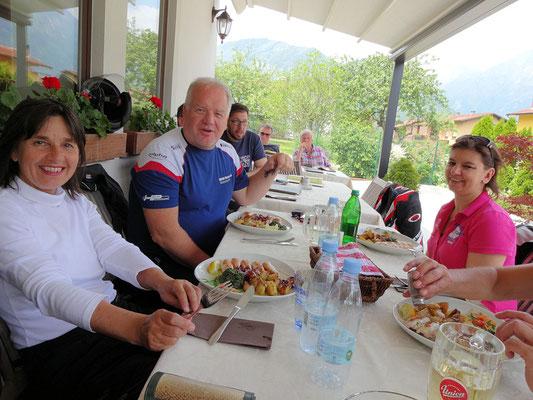 Idrsko-Kobarid / Gasthaus Jazbec (Hilde, Michael, Tanja, Ernst ist aus dem Bild gerückt ;-))