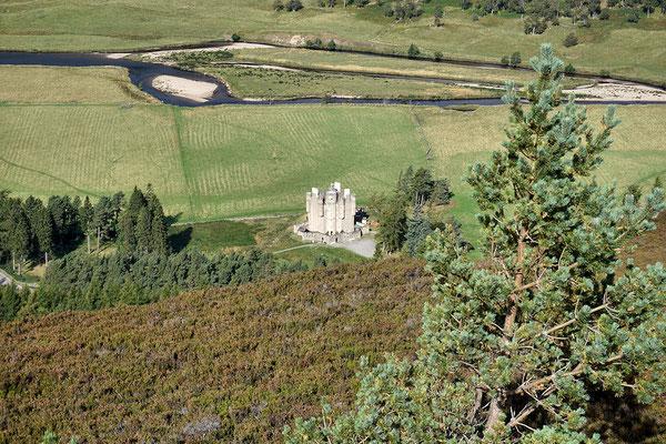 Blick vom Creag Choinnich auf das Braemar Castle