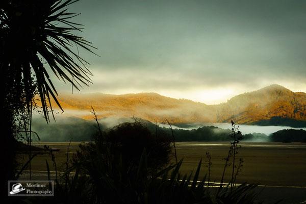 Nebelschwaden im Sonnenaufgang über dem Dschungel