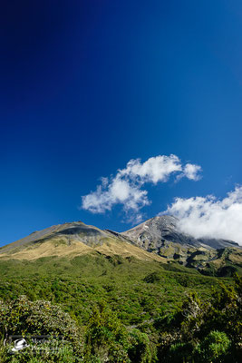 Der Gipfel des Vulkans Taranaki bei strahlendem Sonnenschein