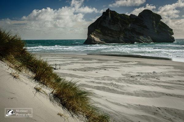 Strandkulisse mit extrem weißem Sand und extrem türkisem Wasser mit hohen Wellen