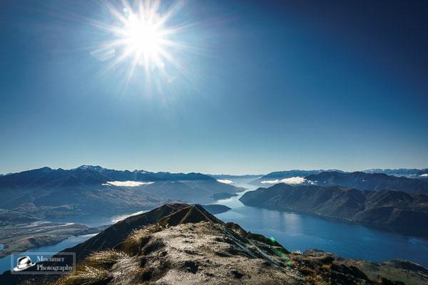 Blick vom Roys Peak auf eine unglaubliche Berglandschaft mit Seen im Vordergrund