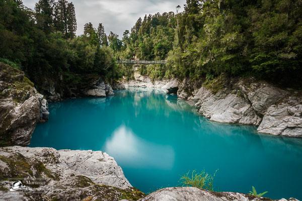 Surreale Farbe des Wassers des Gletscherfluss Hokitika Gorge