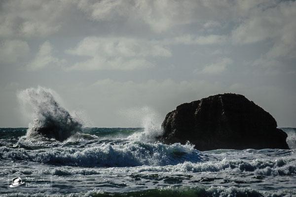 Strandkulisse mit extrem türkisem Wasser mit hohen Wellen