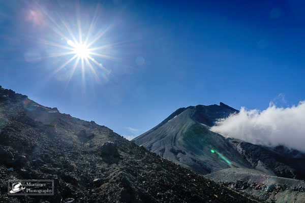 Der Gipfel des Vulkans Taranaki bei strahlendem Sonnenschein sehr nahe