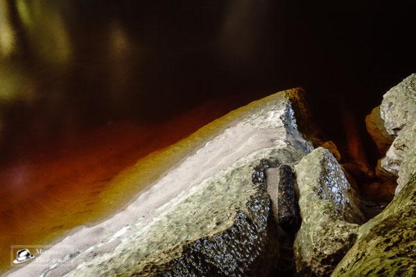 Seltsam Farben des Flusses unter dem Kalksteinbogen