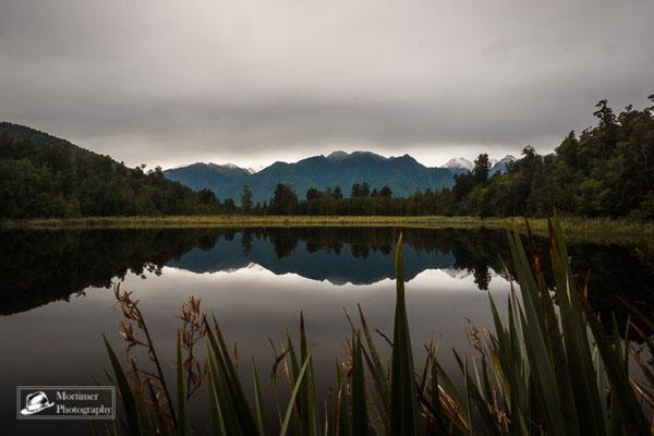Unglaubliche Spiegelungen einer Berglandschaft im Lake Matheson