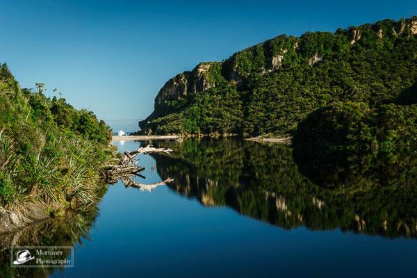 Flussmündung aus dem Dschungel hinaus dirket auf das offene Meer