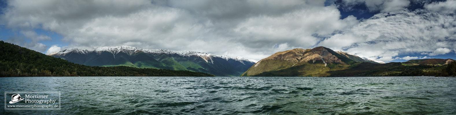 Wahnsinnig gute Aussicht auf die schneebedeckten Berge und Mount Robert vom Ufer des Lake Rototiti