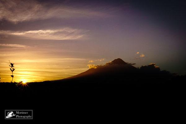 Der Gipfel des Vulkans Taranaki beim Sonnenuntergang