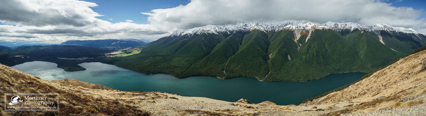 Wahnsinnig gute Aussicht auf die schneebedeckten Berge und Lake Rototiti vom Mount Robert aus