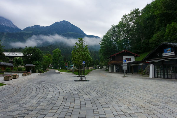 leere Touri-Gasse an der Schiffsanlegestelle in Berchtesgaden