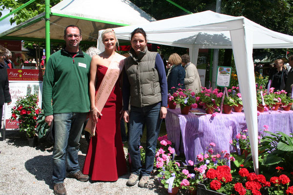 Monja und Wolfgang Fegg mit der Rosenkönigin