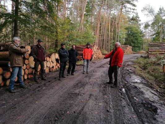 von links: Christian Göttfert (1. Vorsitz. FBG Neustadt-Uffenheim), Maximilian Hetzer (ANW), Klaus Schulz (ANW), Uwe Reißenweber (Forstbereichsleiter Castell), Konrad Hieronymus (Praktik. FBG Kitzingen), Dieter Rammensee (Geschäftsführer FBG Kitzingen)