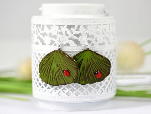 boucle oreille ginkgo et coccinelle ceramique