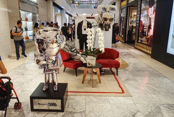 Karl who? Die Schönen in der Shopping Mall sind hoch erfreut!