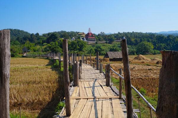 Eine Bambusbrücke - Bin nicht sicher für wieviel Kilo die konzipiert wurde
