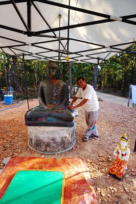 Der Mann baut die Buddhas - Er hat uns erklärt wie. Liebenswürdig.