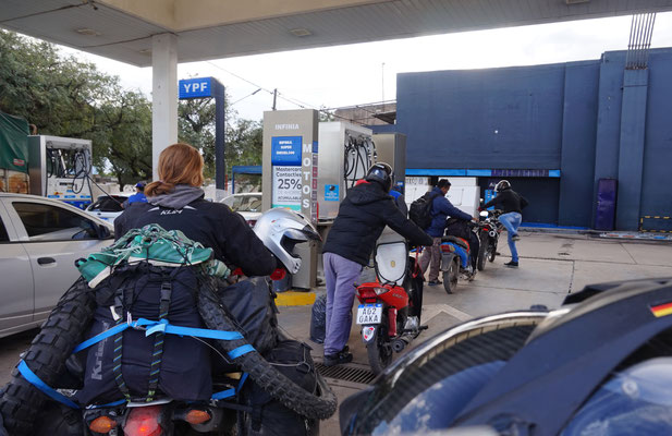 Typische Schlange beim Zweirad Tanken in / Argentinien Teil 1