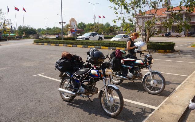 Die Bikes warten auf uns. Keine Papiere? Komisch...