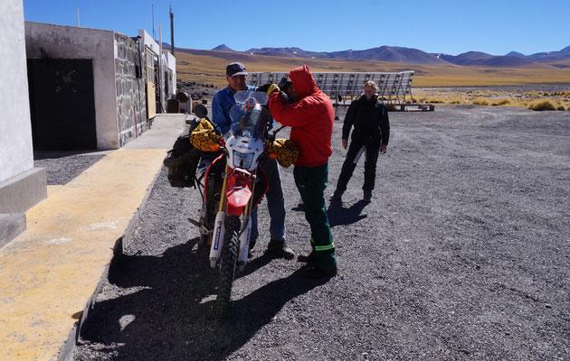 tanken auf fast 5.000 metern Höhe am Paso san Fransisco / Argentinien Teil 2