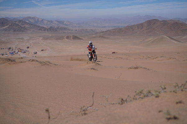Luciano Benavides knallt die Düne hoch / Atacama Rally Chile