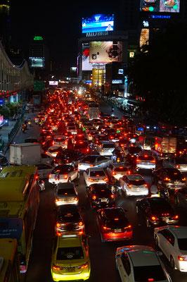 Normaler Abendverkehr in den Strassen der metropole