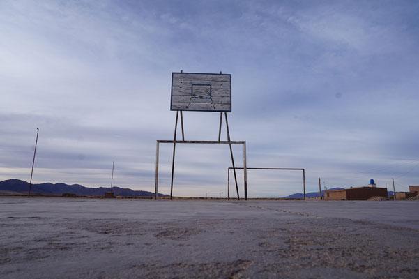 Überall gibt es Basketball- und Fussballplätze