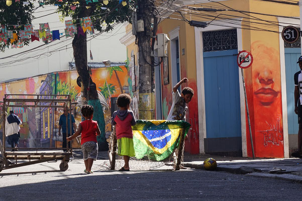Kinder müssen Fussball spielen - weil s Spass macht / Rio de Janeiro / Brasilien