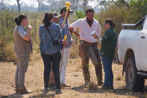 Hier wird dem Gaucho erklärt, wie das Puma Warnsystem funktioniert.... / Paraguay