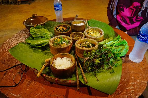 Interessantes Essen beim Bergvolk der Akha