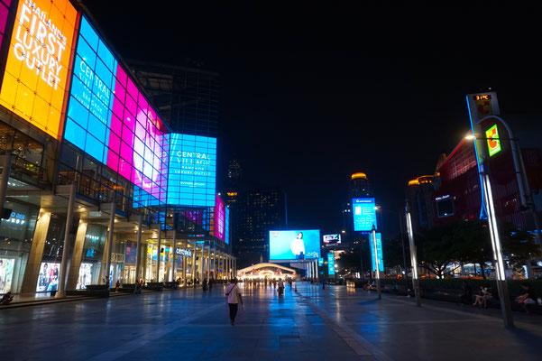 Riesige LED Wände beleuchten die Szenerie im abendlichen Bangkok