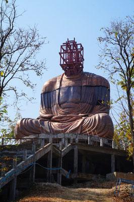 Sieht aus wie ein Hanibal Lector Buddha - ist aber gerade erst am enstehen. riesig.