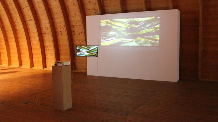 Monika Humm, movements, 2018, Installation, Floatglas, Stahl, Videoloop 12 Min.
