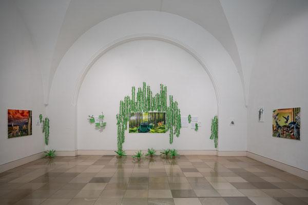 Tatjana Utz: Reale Utopien, links: Rehe, mitte: Wolf, rechts: Die Vögel, Installation / Supernature, Galerie der Künstler München, 2021 Foto: Edward Beierle