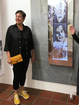 Monika Humm vor Reflexionen, 2021, Mixed Media Installation, 200 x 150 cm Ausstellungsansicht: Ein ungeschriebener Roman, Kunstverein Landshut