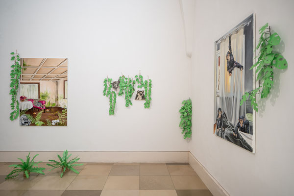 Tatjana Utz: Reale Utopien, links: Waschbären, rechts: Affen, Installation / Supernature, Galerie der Künstler München, 2021 Foto: Edward Beierle